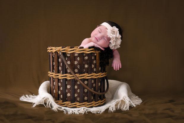 Photographe spécialisé premières semaines de vie de bébé, portrait de nouveau né, séance naissance, sublimer vos photographe de famille classiques ou originales